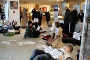 """Blitz-Flashmob von """"Pflege am Boden"""" zum Tag der Pflege inBerlin"""
