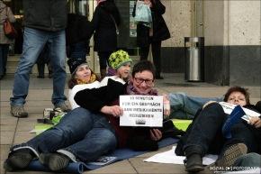 Flashmob: Pflege am Boden inBerlin