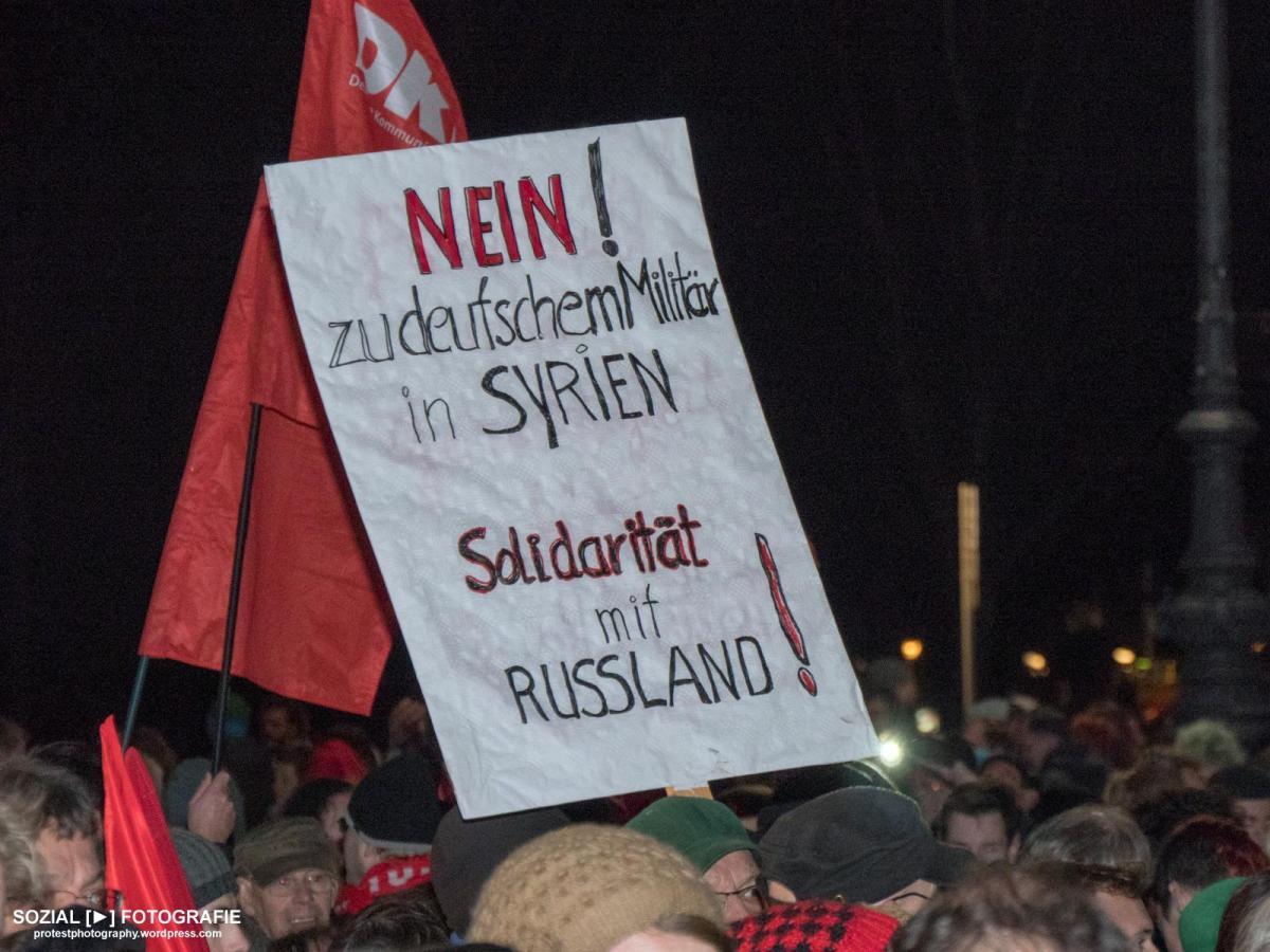 Kundgebung gegen deutschen Militäreinsatz in Syrien am Brandenburger Tor