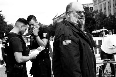 """Der ehemalige linksextremistische Terrorist der Antiimperialistischen Zellen und heutiger Islamist Bernhard Falk zusammen mit """"Genossen"""" diverser Stasi-Verbände, 2016"""