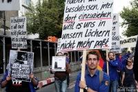 FDJ bei einer Demonstration durch Berlin-Mitte, hier Brandenburger Tor, 2016